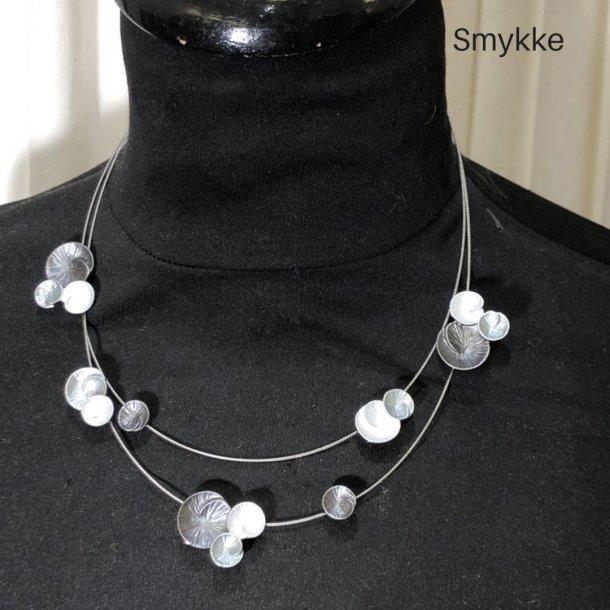 Design smykke med dobbeltradet wire og cirkler jordfarver
