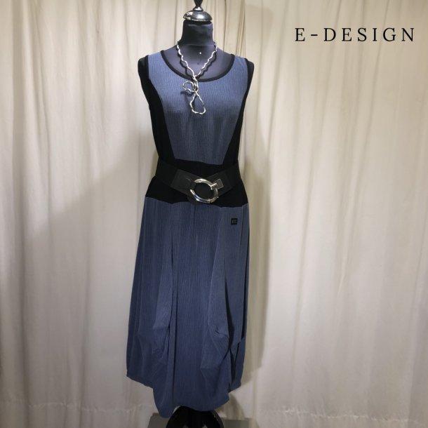 a  E-Design kjole med indsat stykke støvet blå